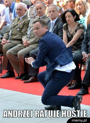 Opórcz całowania dzieci Andrzej Duda ratuje hostie