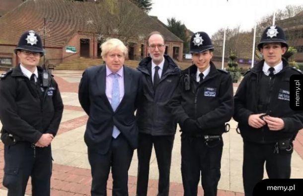 Rada na dziś: jak robisz sobie zdjęcie z policja ot nie trzymaj rąk za plecami