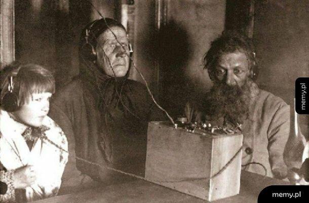 Rodzina pierwszy raz słucha radia. ZSRR 1928