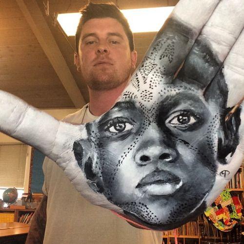 Niesamowite portrety malowane na dłoni.