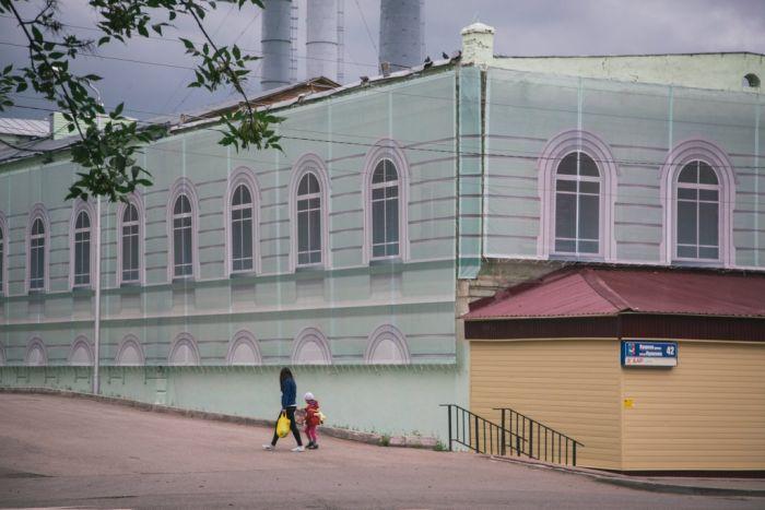 Brud i nędza zasłonięte kolorowymi banerami? Tylko w Rosji...