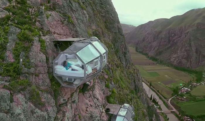Przerażający, przeźroczysty hotel na skale