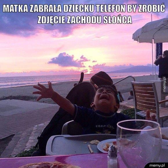 Matka zabrała dziecku telefon by zrobić zdjęcie zachodu słońca