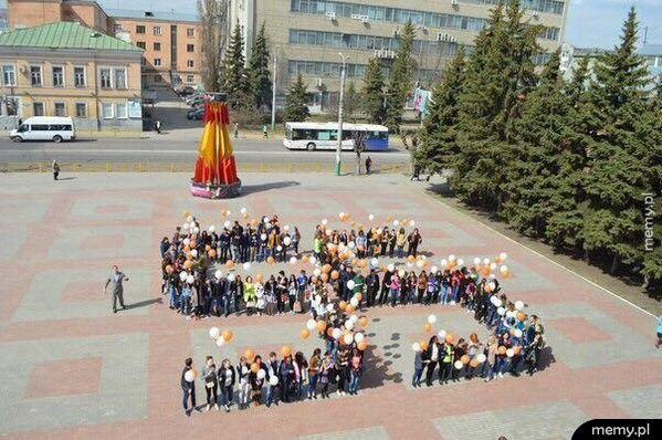 W 55 rocznicę pierwszego kosmicznego lotu Jurija Gagarina dzieci z rosyjskich szkół tworzą... eee liczbę 55