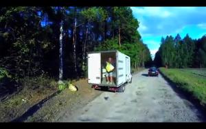 Dureń zaśmiecający las nagrany dronem na gorącym uczynku