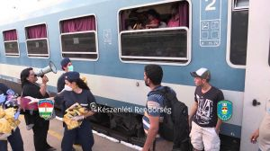 Węgierscy faszyści poniżają biednych muzułmańskich uchodźców