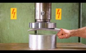 Prasy hydrauliczne vs oszcza Wolverina
