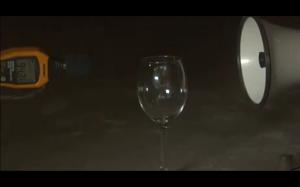 Jak rozbić szklany kieliszek używając megafonu
