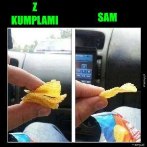 Jedzenie chipsów