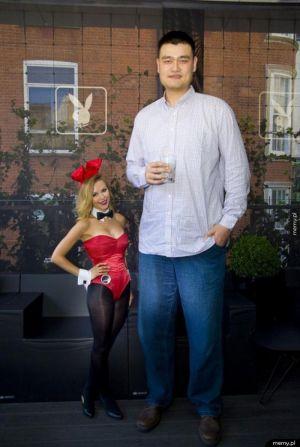 Najwyższy człowiek świata i króliczek Playboya