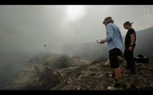 Lot dronem nad wulkanem