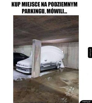 Na parkingu