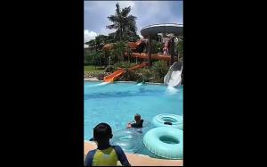 Chciał tylko zjechać, a nie pływać