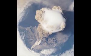 Erupcja wulkanu z lotu ptaku