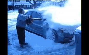 Jak szybko odśnieżyć samochód: