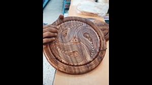 Rzeźbiony drewniany kosz