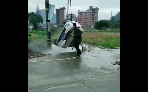 Koleś poważanie podchodzi do mycia auta