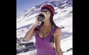Ta dziewczyna ewidentnie ma problem z piciem