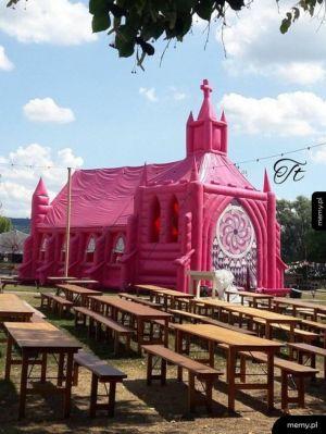 Różowy dmuchany kościół w Kołobrzegu