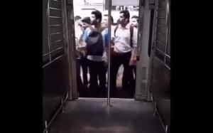 Łapanie pociągu w Indiach