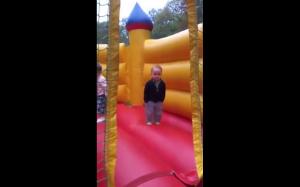 Młody niemiec świetnie się bawi