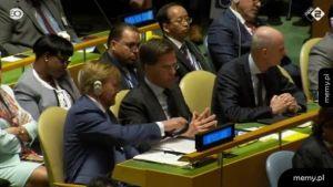 Król Holandii pokazuje premierowi Holandii śmieszny filmik w trakcie wystąpienia Donalda Trumpa