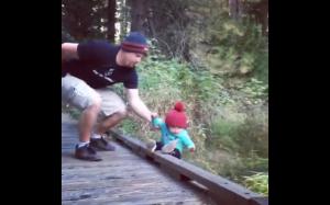 Tata ratuje syna przed upadkiem