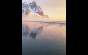 Śnieżna plaża o wschodzie słońca
