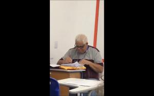 Nauczyciel sprawdza egzaminy :)