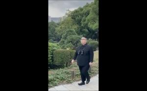 Kim na spacerze