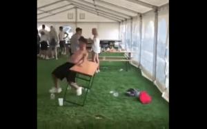 Idiota vs stół