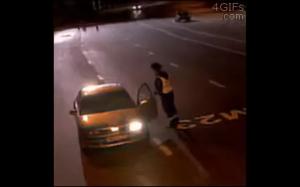 Rosyjski policjant otoczony przez stado wilków