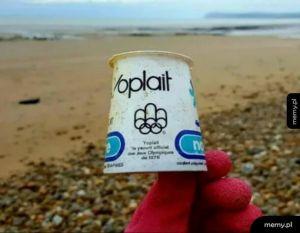 Pudelko po jogurcie z 1976 r. wyrzucone przez morze na brzeg. 44 lata i zero biodegradacji