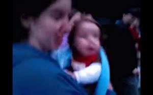 Dziecko widzi fajerwerki pierwszy raz