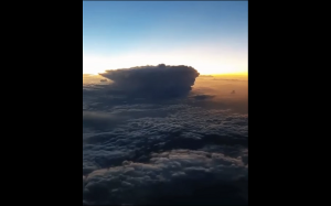 Burza ponad chmurami