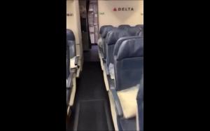 Pod siedzeniem w samolocie