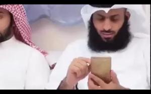Kiedy nie możesz się oprzeć żeby podejrzeć co ktoś robi na telefonie: