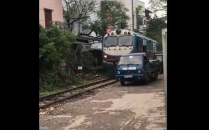 Kiedy parkujesz zbyt blisko pociągu