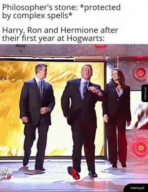 Kamień filozoficzny jest chroniony przez skomplikowane zaklęcia. Tymczasem Hary, Ron i Hermiona po roku nauki w szkole: