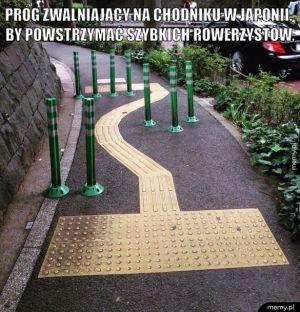 Próg zwalniający na chodniku w Japonii.