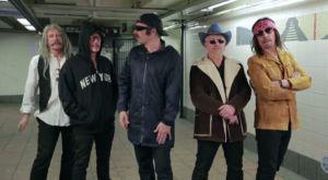 U2 udaje grajków ulicznych w metrze. Kiedy zaczynają grać, dzieje się coś nieoczekiwanego. Fantastyczne!