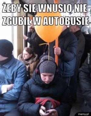 Żeby się wnusio nie zgubił w autobusie.