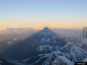 Stukilometrowy cień rzucany przez K2