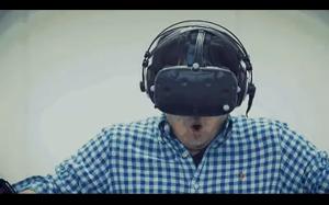Gra w VR polegająca na ratowaniu kota uwięzionego na szczycie wieżowca.
