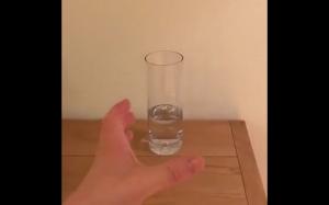 Mała szklanka wody