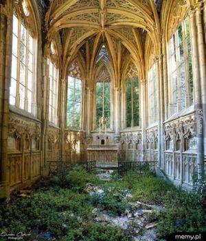 Wnętrze opuszczonej katedry we Francji