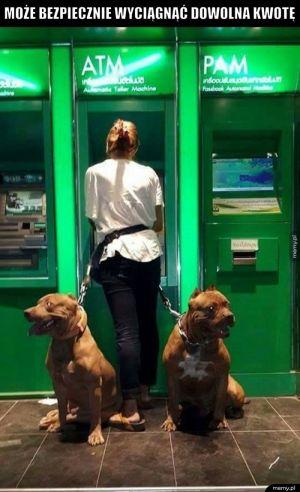 Przy bankomacie