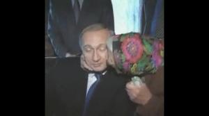 Znajdź kogoś, kto będzie Ci całował jak ta babcia całuje Putina.