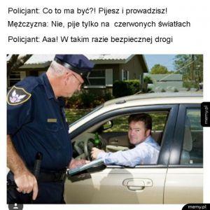 Policjant zatrzymuje kierowcę