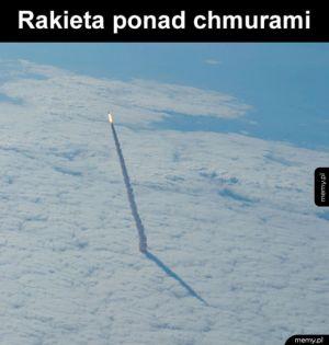 Rakieta - Ciekawy widok rakiety nad chmurami